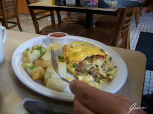 Omelette con dentro di tutto e patate.... la colazione più pesante che ho fatto in vita mia!!!