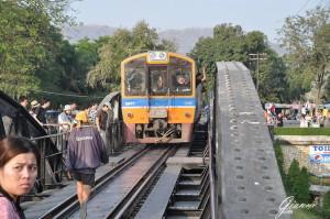 Il treno attraversa il Ponte sul fiume Kwai