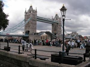 Tower Bridge semi aperto