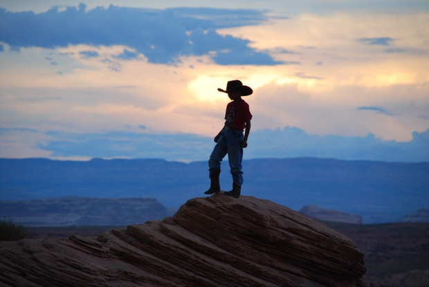 Un giovane cowboy si prepare al bull riding