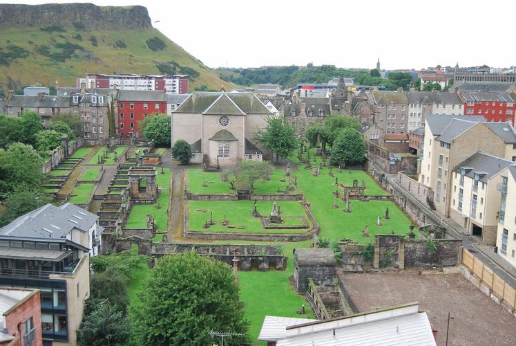 Cimitero in città