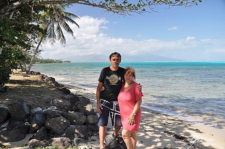Tahiti sullo sfondo