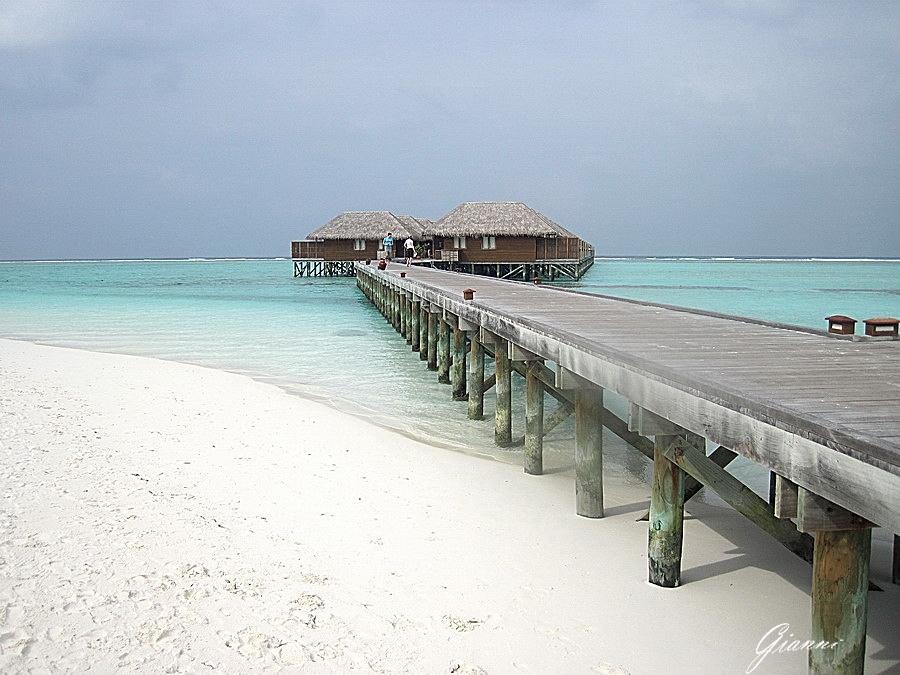 Meeru Island Resort - Il pontile di accesso ai bungalows