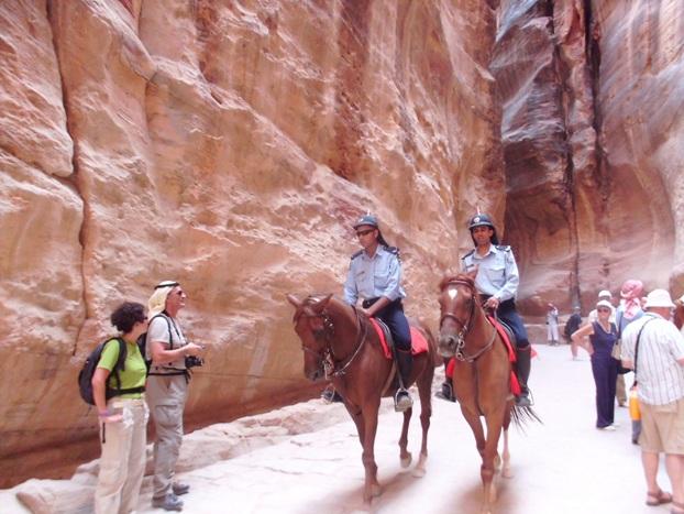 Poliziotti a cavallo controllano la zona