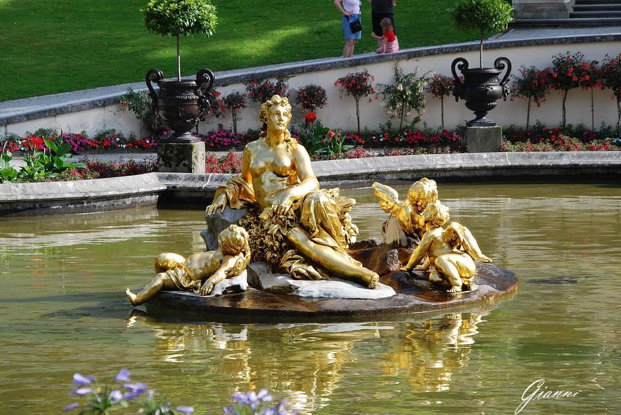 La statua dorata nel lago