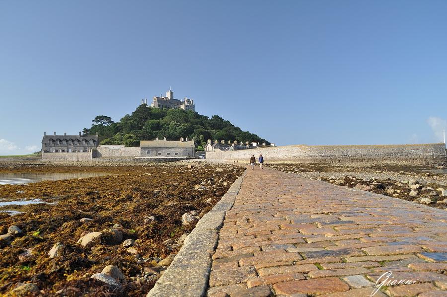 La strada per il Castello di St. Michael's con la bassa marea