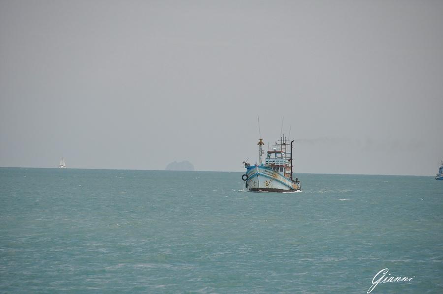 Pescherecci davanti alle isole Ang Thong