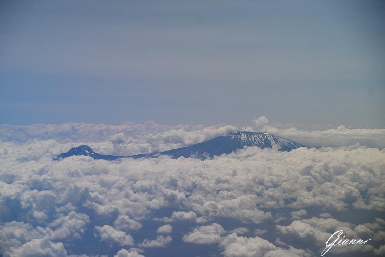 Mister Kilimangiaro fa capolino tra le nuvole