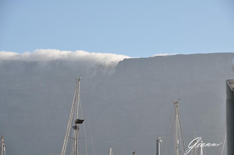 La tovaglia scende dalla Table Mountain