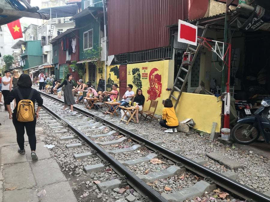 Vietnam Ferrovia tra le case