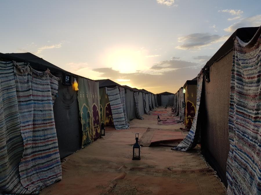 Campo tendato all'alba nel Deserto di Merzouga