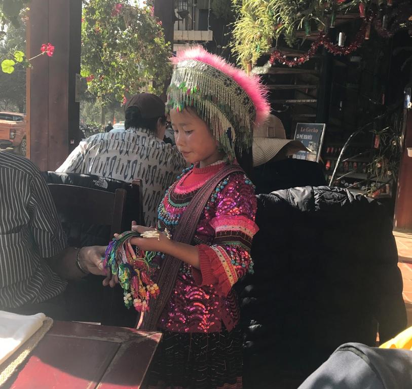 Bambina in costume etnico