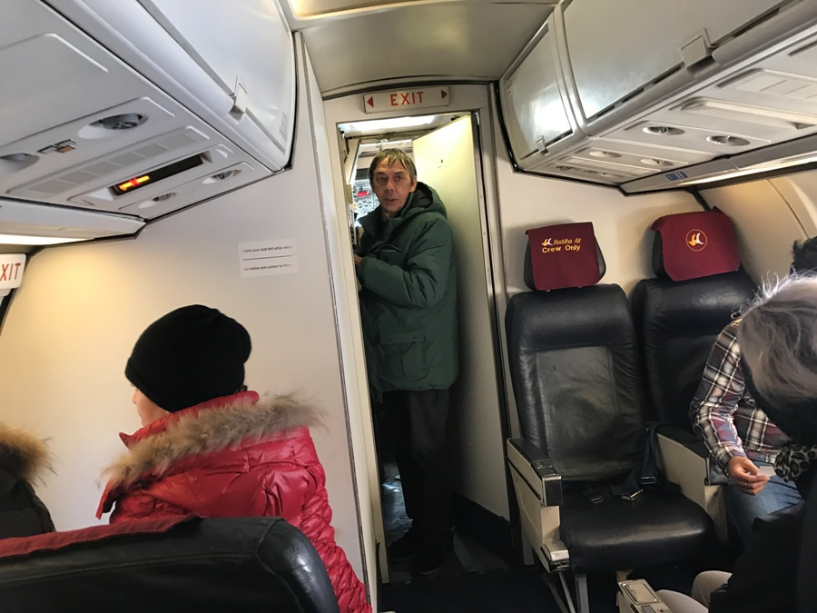 Gianni esce dalla cabina di pilotaggio
