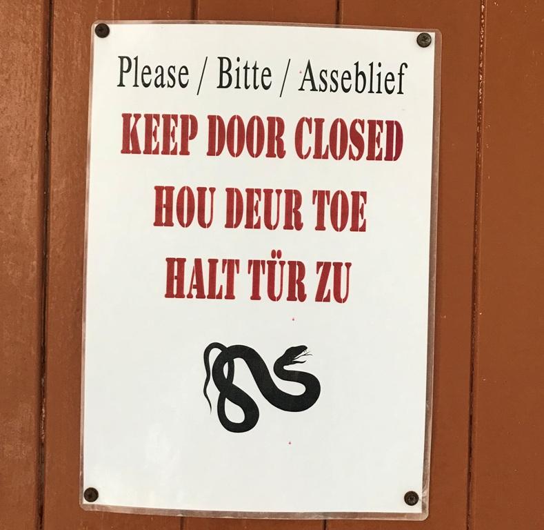 Cartello sulla porta della toilette