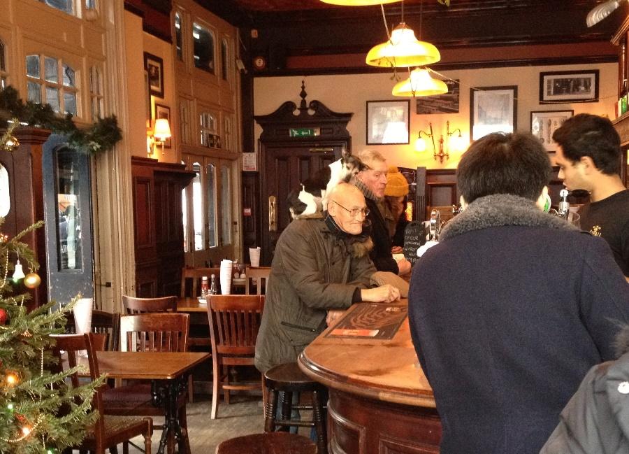 Uno strano personaggio in un pub