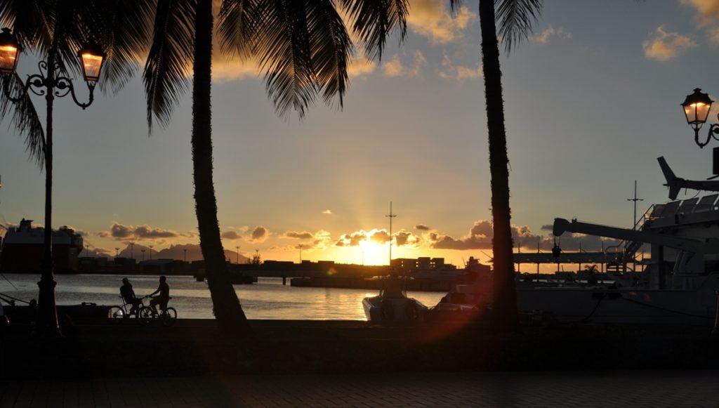 Tramonto sul porto di Tahiti