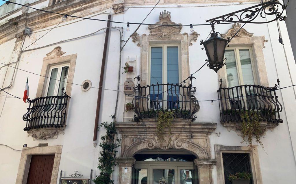 Balconi sulla facciata di un edificio
