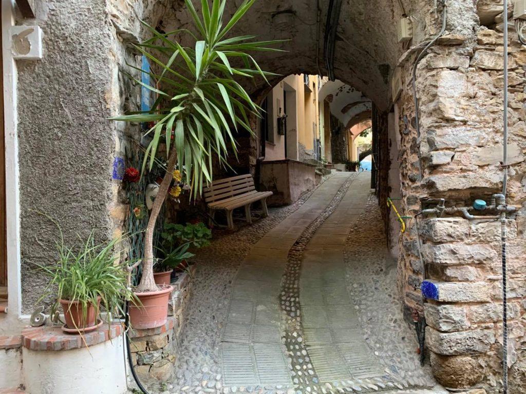 Vicolo nel borgo di Castellaro in Liguria